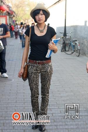黑色紧身t恤搭配蛇纹紧身裤;