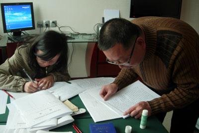 政协提案组工作人员正在整理委员们提交的提案